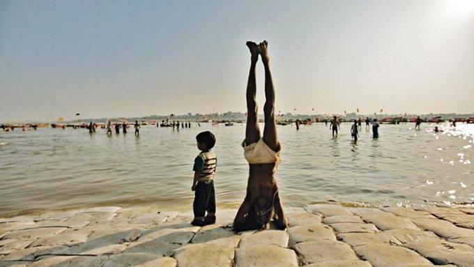 Kumbh Mela_man upsidedown